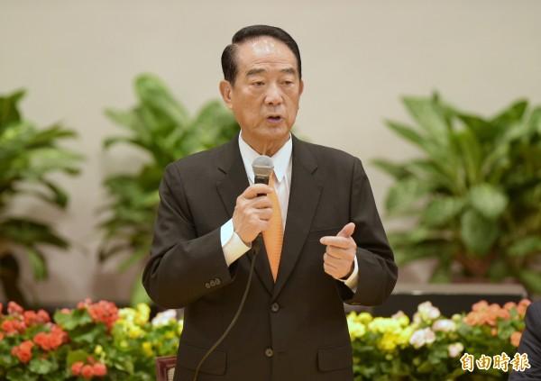 「第25屆APEC經濟領袖會議代表團」在總統府舉行返國記者會,總統特使宋楚瑜說明此行收穫。(記者張嘉明攝)