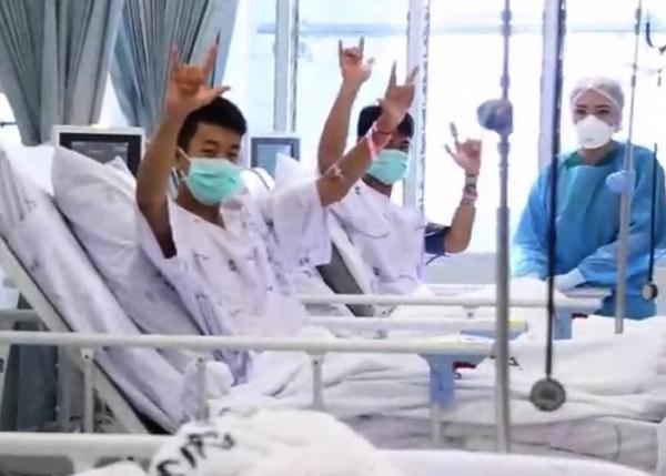 清萊公共衛生部今公開一段影片,13名受困洞穴中長達12天的足球隊員,在醫院接受治療。(圖擷取自影片)