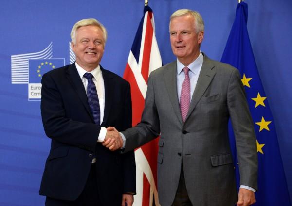 歐盟談判代表巴尼耶(Michel Barnier,右)在布魯塞爾歐盟執行委員會(European Commission)迎接英國脫歐大臣戴維斯(David Davis,左)。(法新社)