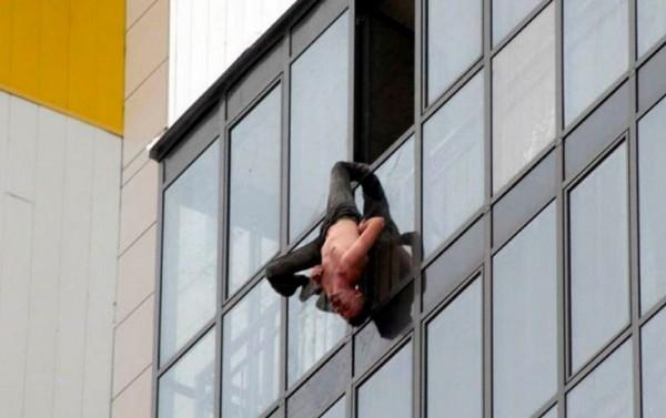 俄罗斯男失足整个人倒吊15楼窗外- 国际- 自由时报电子报聯誼會