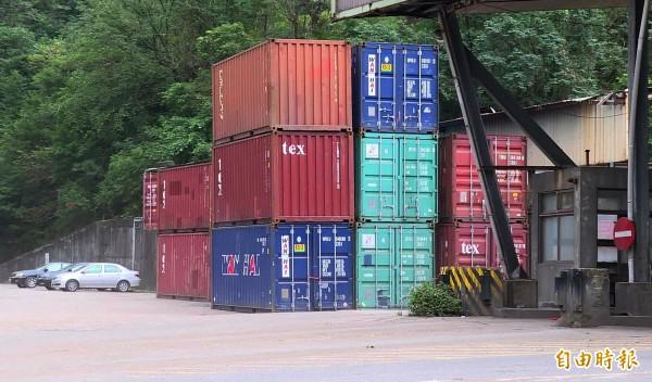貨櫃場作業有一定流程,一名司機因擅開貨櫃門遭到羊毛砸死,家屬求償敗訴。(示意圖,非當事案件現場,記者林欣漢攝)