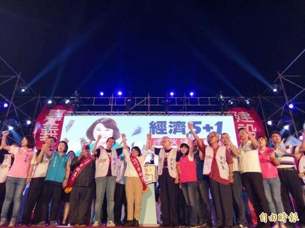 嘉義市長參選人黃敏惠今晚舉辦競選總部成立大會,前總統馬英九、國民黨主席吳敦義與眾多黨內地方人士都站台力挺,營造團結氣氛。(記者王善嬿攝)