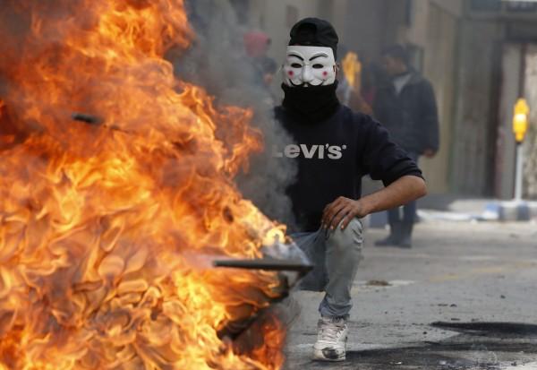 巴勒斯坦人民在希伯侖地區焚燒輪胎,表達對美國總統川普的不滿。(法新社)