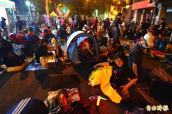 反年改的抗議民眾夜宿立法院,晚間在立法院外搭起帳篷準備就寢。(記者王藝菘攝)