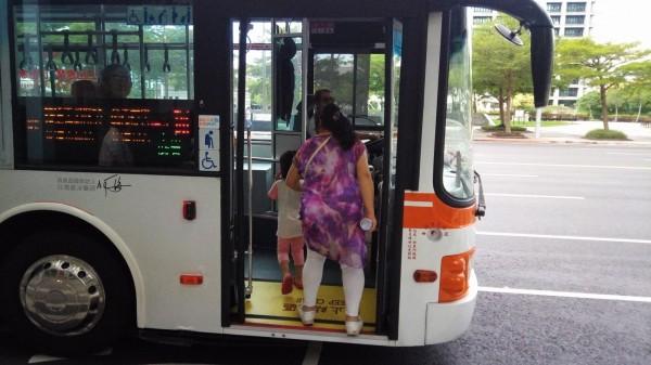新北市一位老婦因丈夫於近期去世,她整理出丈夫生前的相片,裝在手提袋內搭車要去做數位建檔處理,結果老婦趕著要下公車的時候一時忘了拿手提袋,所幸員警花了2個小時找到那班公車,幫老婦取回遺失的手提袋。(資料照)
