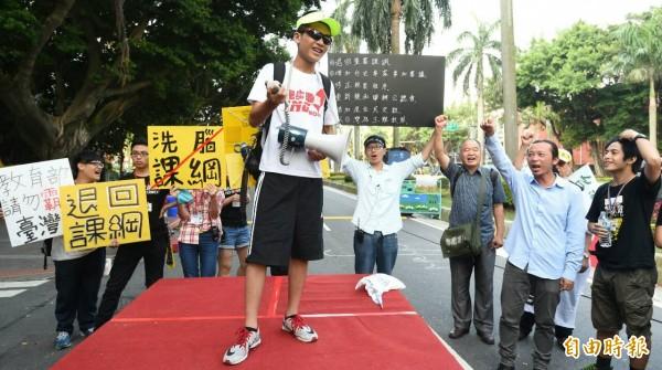 台北市育成高中學生許冠澤(左)一早由教育部出發,預備進行25天的「反黑箱課綱環島計畫」。(記者劉信德攝)