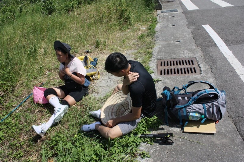 3人走到第4天就已經覺得手腳痠疼,筋疲力盡,休息時癱坐路旁,幾乎爬不起來。(李健羽提供)