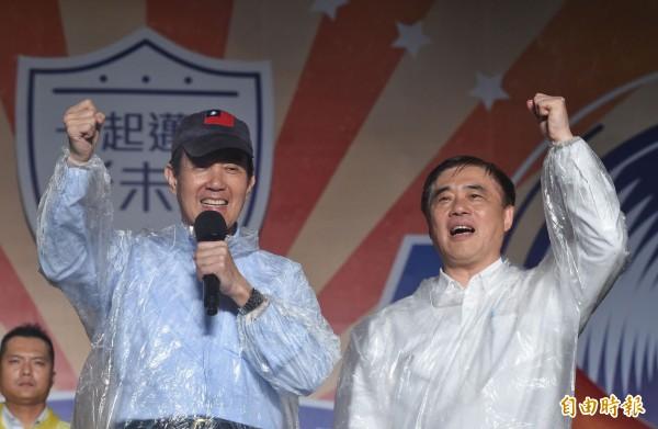國民黨主席選舉明日登場,國民黨副主席郝龍斌今晚在中正紀念堂民主廣場舉辦「新未來,共創美好」音樂會,前總統馬英九也現身助講。(記者劉信德攝)