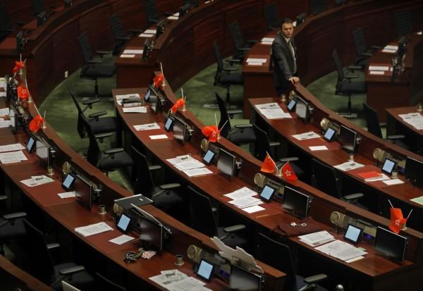 議會桌上被倒插的五星期與港旗。(美聯社)