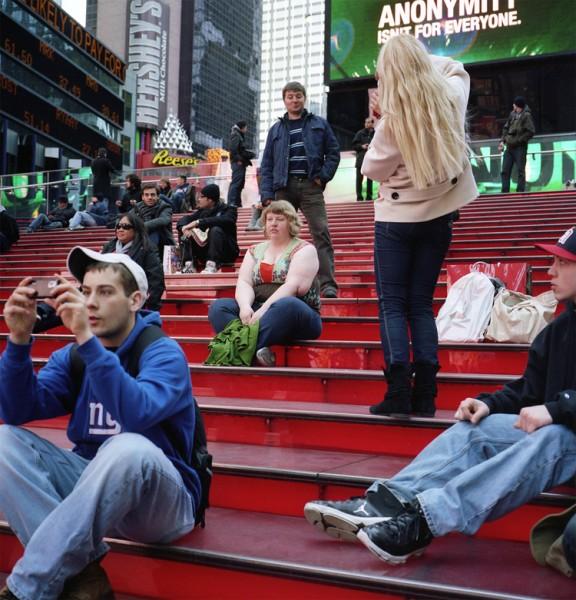 一名男子在海莉背後拍下面露歧視的表情,這一幕同時也被海莉的相機拍下。(圖取自haley-morriscafiero網站)