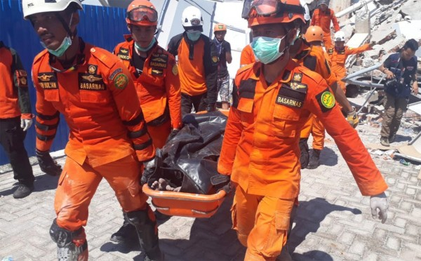 羅亞羅亞酒店已有6人活著被救出,但也有人不幸罹難。(路透)