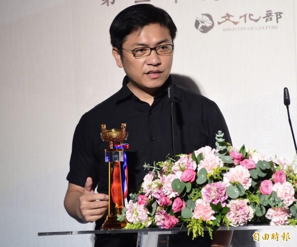 台灣作家吳明益以創作小說《單車失竊記》入選國際文學大獎「布克國際獎」。圖為吳明益2015年以《浮光》獲金鼎獎年度圖書獎。(資料照)