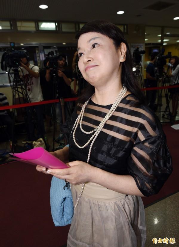 媒體人周玉蔻今天上午為「3億男」案至台北地院出庭,她重申自己所言都經過嚴謹的查證程序,並表示郭台銘把事情看得太嚴重,「充滿暴戾之氣」(記者羅沛德攝)