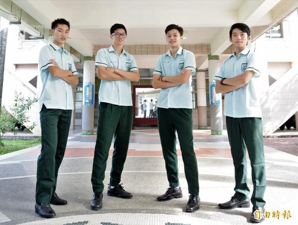 竹崎高中夏天制服男女生一樣,均為淺綠色短袖條紋上衣、墨綠色長褲搭黑色皮鞋,男生帥氣十足。(記者曾迺強攝)