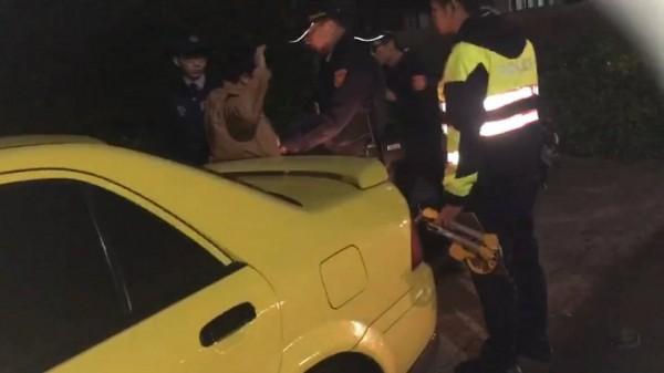 新竹縣一名22歲陳姓男子駕駛超炫鵝黃色自小客車,卻涉嫌酒後肇事逃逸,又不配合警方盤查,最後被警方破窗拉出車外盤查,酒測值每公升0.63毫克。(記者廖雪茹翻攝)