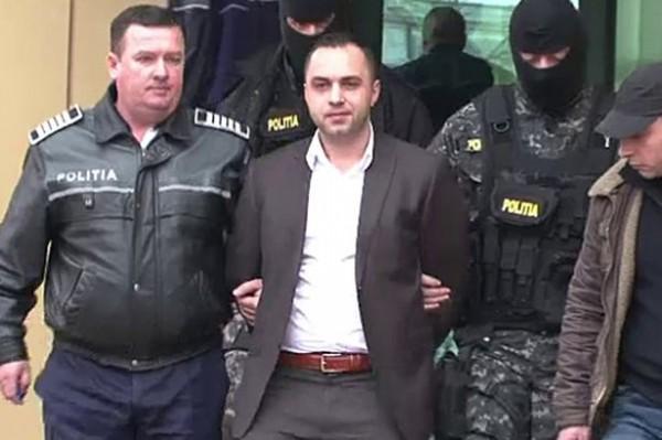 基里拉2012年時因假扮警察洗劫一名土耳其商人,偷走價傎高達50萬英磅(約2500萬台幣)的黃金及珠寶,被判刑10年。(圖擷取自《鏡報》)