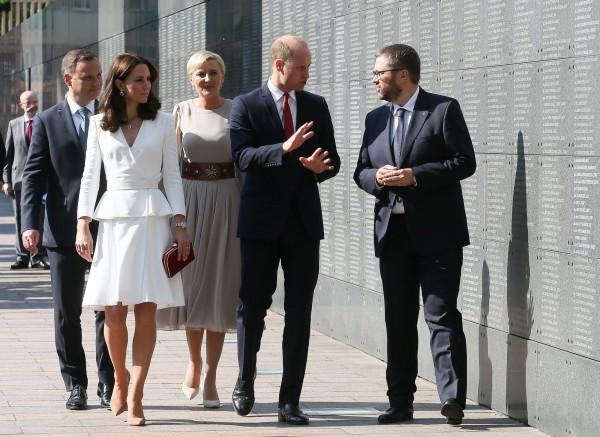波蘭總統杜達(左一)和他的妻子(左三)與英國威廉王子(右二)和妻子凱瑟琳(左二),和華沙博物館館長(右一)一同行走於記憶之牆。(歐新社)