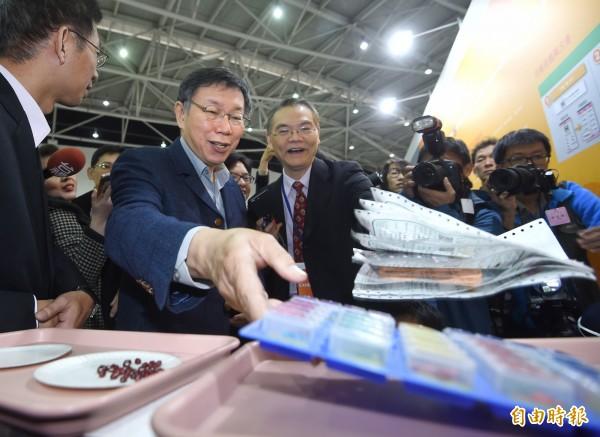 「2017台灣醫療科技展」7日在台北南港展覽館舉行,台北市長柯文哲應邀出席,並參觀展場。(記者方賓照攝)