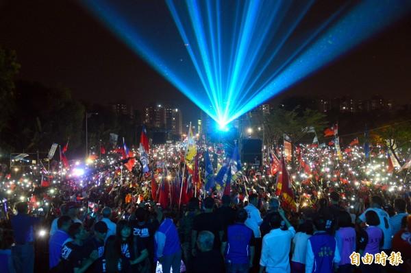 韓國瑜岡山造勢大會今晚場面盛大,群眾用手機打燈歡迎,象徵韓國瑜「點亮高雄」。(記者張忠義攝)