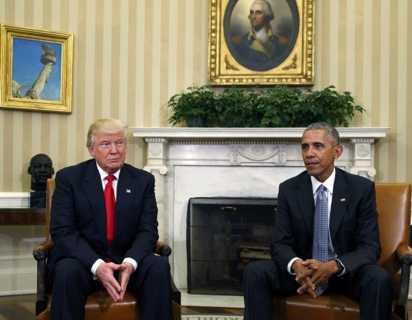 去年11月川普首次與歐巴馬在白宮碰面時,也是如此手勢,肢體語言專家認為代表川普內心其實有著躊躇、緊張不安的情緒。(路透)
