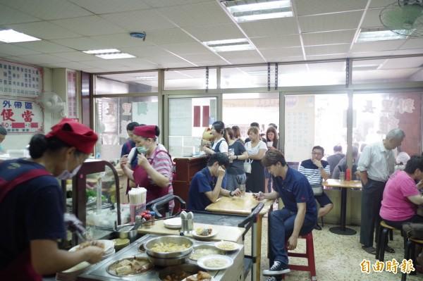劉里長雞肉飯每到中午用餐時間,就出現排隊人龍等著點餐。(記者王善嬿攝)