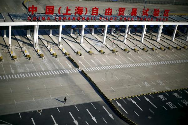 中國國務院公布振興投資措施,鬆綁自貿區51項法規及外商投資範圍,希望能吸引更多海外資金,並減輕人民幣貶值和資本外流的壓力。圖為上海自由貿易試驗區。(路透,資料照)