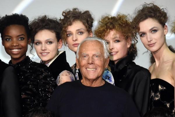 義大利時裝設計師Giorgio Armani(中)宣佈旗下Armani系列品牌從2016年秋冬系列開始全面禁用動物皮草。圖為今年2月義大利米蘭時裝週資料照。(歐新社)