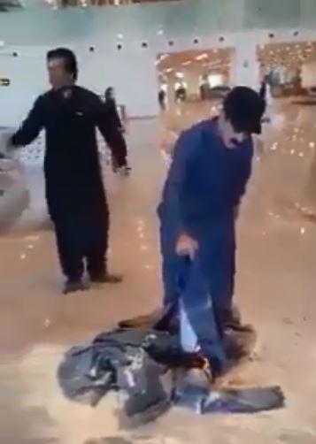 乘客因班机遭取消,愤怒的在机场大厅烧衣服抗议。(图撷自「Updates」脸书)