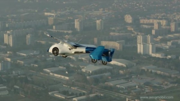 AeroMobile飛行車公司宣布,將在今年底讓飛行車展開預售。圖為AeroMobile 3.0原型機測試。(圖擷自AeroMobile)