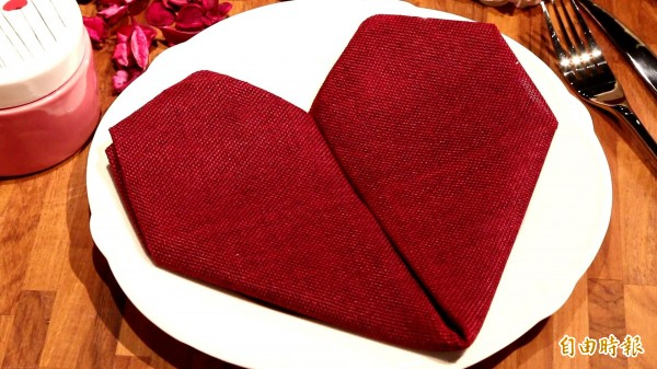情人節和情人一起享用大餐時,不妨利用口布摺出一個愛心,絕對讓餐桌上更添浪漫氛圍! (記者沈昱嘉攝)