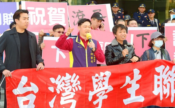 Taiwan Students Solidarity Headquarters chairman Chiu Jung-li, second left, and other members of the group protest outside the Ministry of Transportation and Communications in Taipei yesterday. Photo: Huang Yao-cheng, Taipei Times