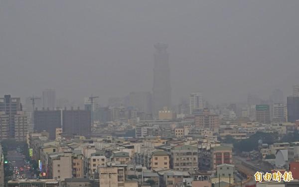 環保署指出,由於這兩天受東北季風減弱影響,污染物易累積,不利擴散,才會造成空氣品質下降,尤以位於下風處的南部因擴散條件不佳更為嚴重。(記者黃志源攝)