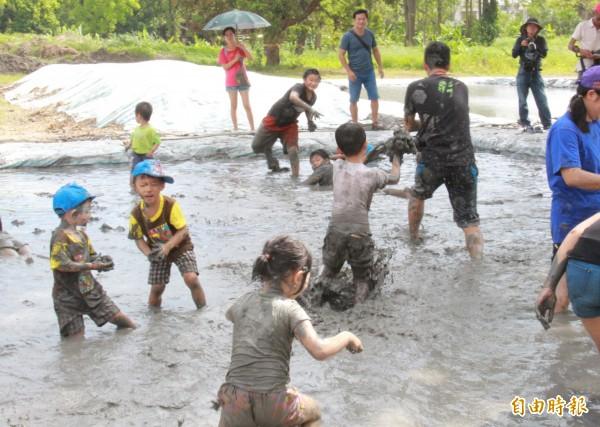 國際泥巴日這一天不分長幼順序,看到人狠狠K泥球就對了!其精神在於以沾滿泥巴的臉孔,去模糊人與人之間的生理區別,拉近人與土地、人與人之間的距離。(本報資料照)