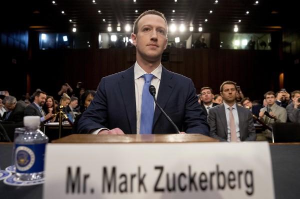 札克柏格今年4月为脸书泄漏个资一案赴国会作证。(美联社)
