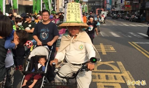 台南民眾參加反核遊行,別出心裁設計標語,台南反核遊行約有7000人參與。(記者洪瑞琴攝)