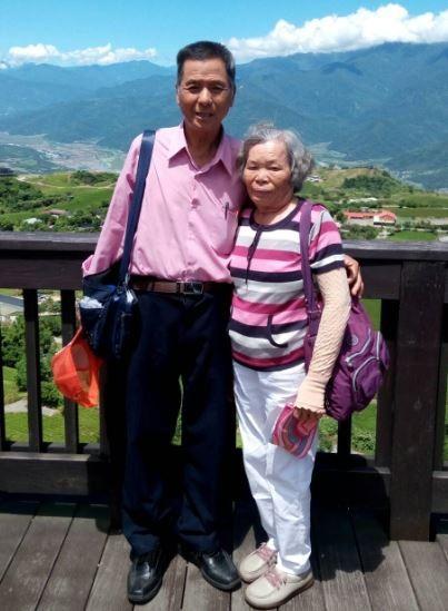 今年獲竹北市公所推荐的鑽石婚代表馮國雄、馮鍾英梅夫婦,朝夕相處一甲子,22日將接受新竹縣政府和議會的公開表揚。(家屬提供)