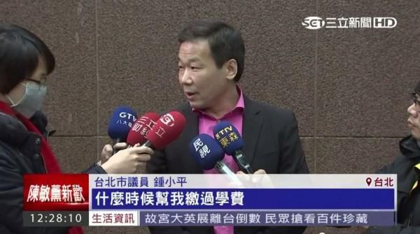鍾小平反控姊姊不孝,指出姊姊根本沒幫自己繳過學費,還說鍾元鳳為了要房子,什麼話都可以講。(圖擷取自三立新聞)