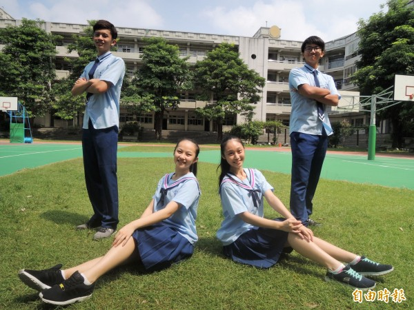 「小藍藍」活潑的滾邊設計,受到男女學生喜愛。(記者劉婉君攝)