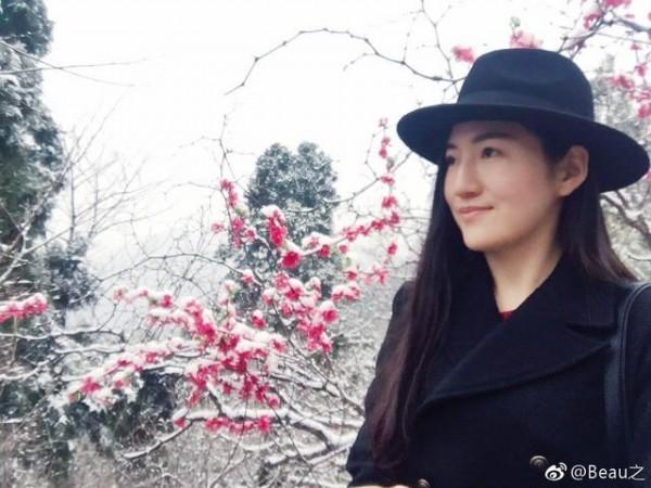 王炳忠的女友疑似被鄉民肉搜出來,鄉民認為與藝人「鞏俐」相似度極高。(圖擷取自PTT)