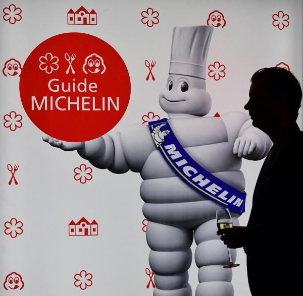 知名主廚林三賀指出,「米其林星級」是評給餐廳,不會頒給單一廚師,但在台灣多數人不熟悉米其林規則,不肖人士可能浮濫灌上頭銜,製造噱頭。圖為米其林示意圖。(法新社)