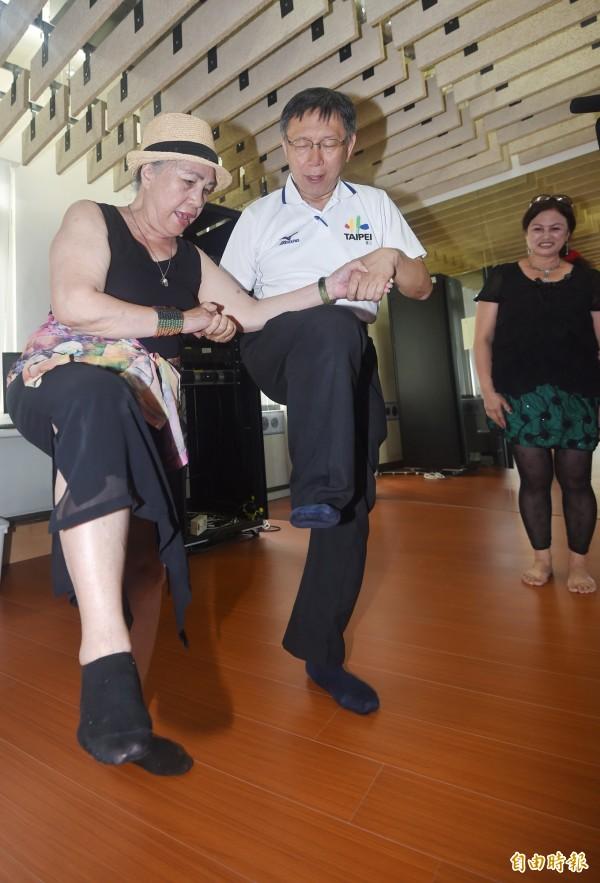 柯文哲到舞蹈教室與眾人攜手跳起原住民舞蹈,面對八旬跳舞仍活力滿載的長輩,頻頻直呼對方「太有活力」。(記者方賓照攝)