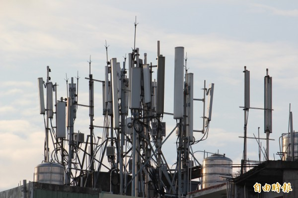 亞太電信4600座基地台雖已建置完成,但僅能提供900MHz,目前是向台灣大哥大借基地台;NCC要求亞太電信儘速改善。圖為某建物頂樓的基地台,遠望非常「壯觀」。(資料照,記者黃美珠攝)