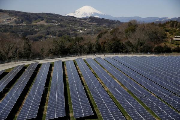 2020東京奧運暨帕運組織委員會近日提出考量環保最新運營計畫,包括比賽場館和奧運村,全部都用太陽能等再生能源供電。圖為日本神奈川太陽能板。(路透)