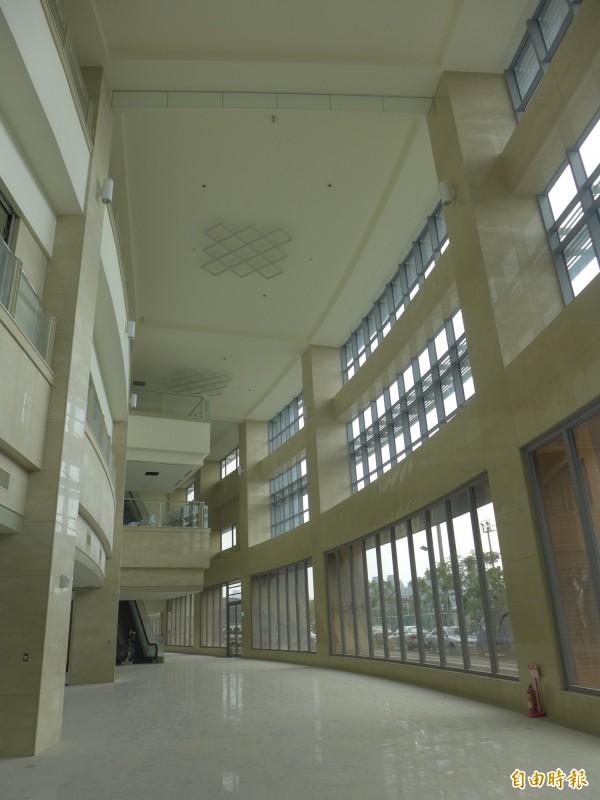 輔大醫院的一樓挑高大廳。(記者李雅雯攝)