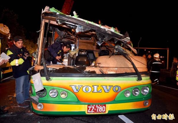 今天晚上9時許,一輛遊覽車行經國道五號接國道三號、南下往木柵的大轉彎處時,因不明原因翻落邊坡,遊覽車遭遇嚴重損壞。(記者羅沛德攝)