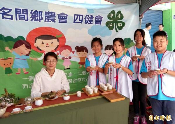 「南投縣鳳梨紅龍果節」活動中,名間農會培訓的中山國小四健會泡茶師,也到場提供大家喝好茶配水果的機會。(記者謝介裕攝)