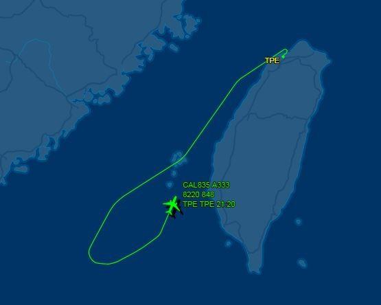 華航CI-835班機原本已飛過澎湖西南方海域,沒想到機上3名日籍乘客酒醉鬧事,班機只好緊急返航。(翻攝自flightaware)