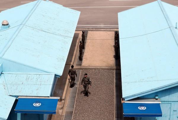 美國與北韓今在板門店,就韓戰時遺留在北韓的美軍遺骸應如何歸還進行討論。聯合國司令部現已將100多個裝有遺骸的木箱備妥裝車,待雙方達成共識後,便立即將遺骸運回美國。(歐新社)