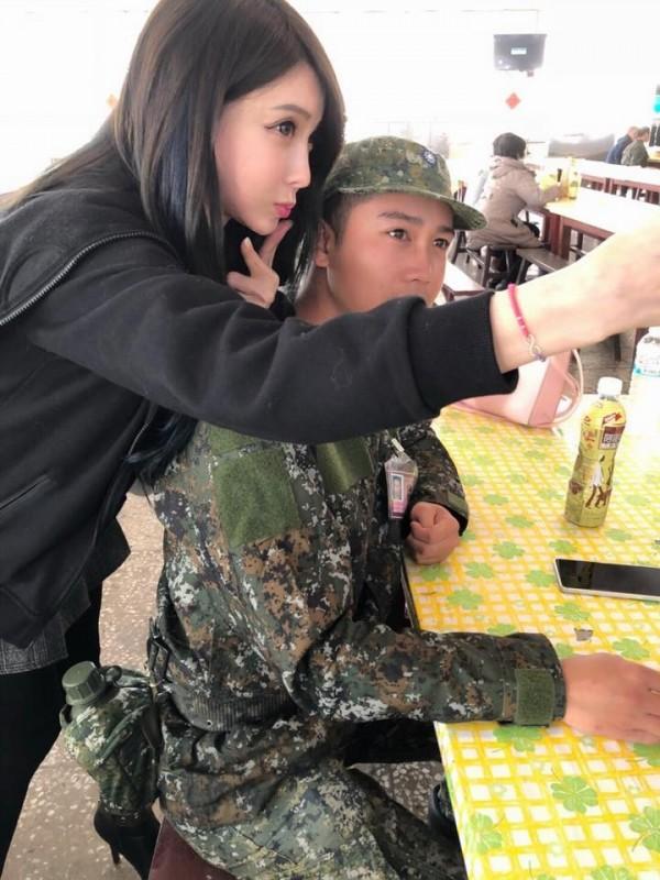 葉女到營區探視兒子,貼出與兒子合照,凍齡外表嚇壞一堆網友。(圖擷自加藤軍台灣粉絲團2.0)