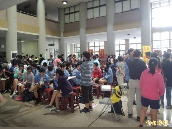 國中會考今起2天舉行,新竹縣有5所高中設置考場,共6290名考生,圖為家長陪考情形。(記者廖雪茹攝)